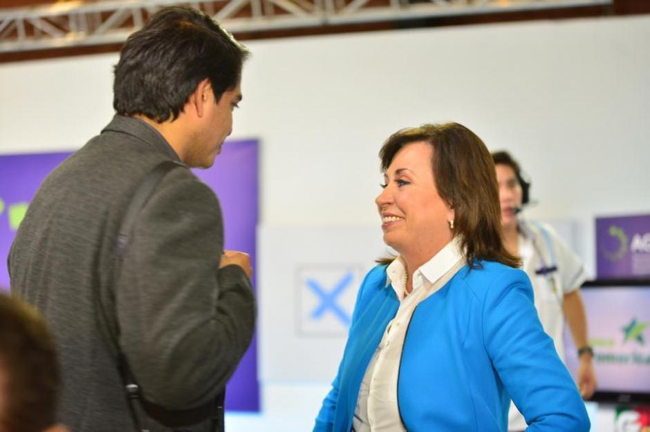 Ronaldo Robles ofreció asesoría a Sandra Torres durante los cortes comerciales. (Foto: Jesús Alfonso/Soy502)