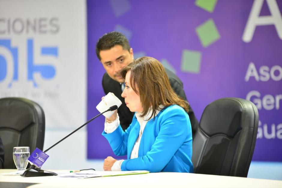 Sandra Torres degustaba café en las pausas comerciales en el debate de la AGG. (Foto: Jesús Alfonso/Soy502)