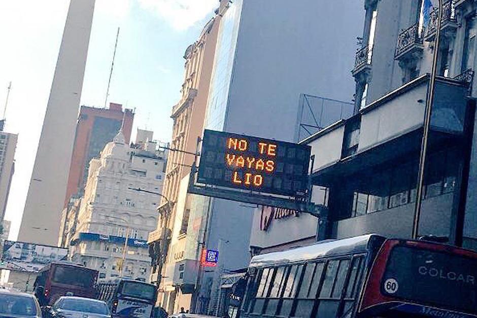 """""""No te vayas Lio"""", decía en todos los rótulos de diferentes calles en Argentina. (Foto: Twitter)"""