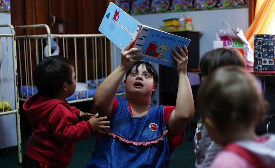 Noelia es la primera maestra con síndrome de Down en Argentina. (Foto: AFP)