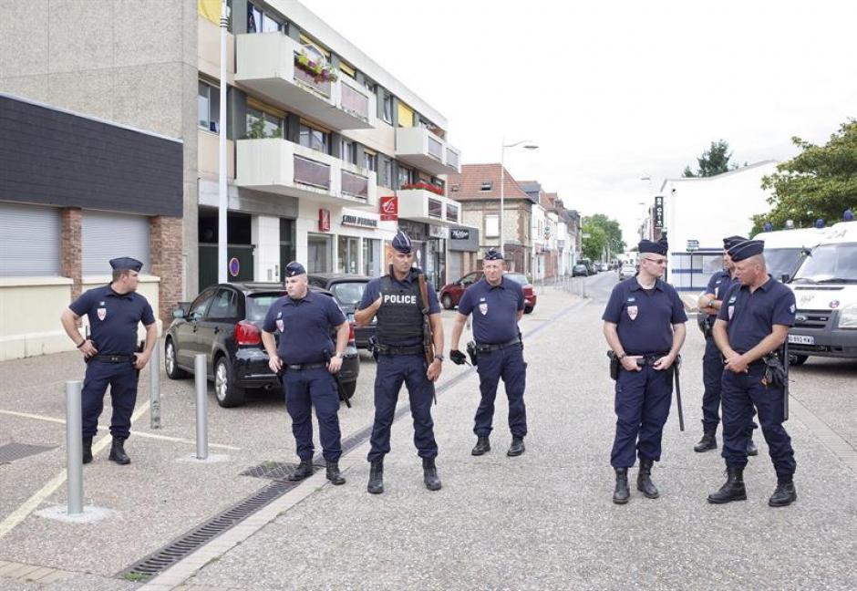 Varios policías permanecen en cercanías de donde ocurrió el ataque terrorista.  (Foto: Efe)