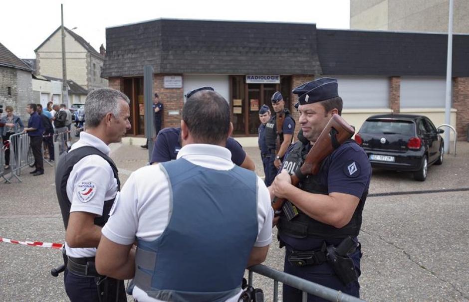 Un grupo de policías hace guardia cerca del lugar donde se ha producido el secuestro de una iglesia en Saint Etienne du Rouvray. (Foto: Efe)