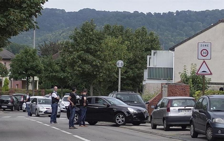 Autoridades permanecen en las afueras del presunto domicilio de uno de los autores de la toma de rehenes en la iglesia en Saint Etienne du Rouvray, (Foto: Efe)