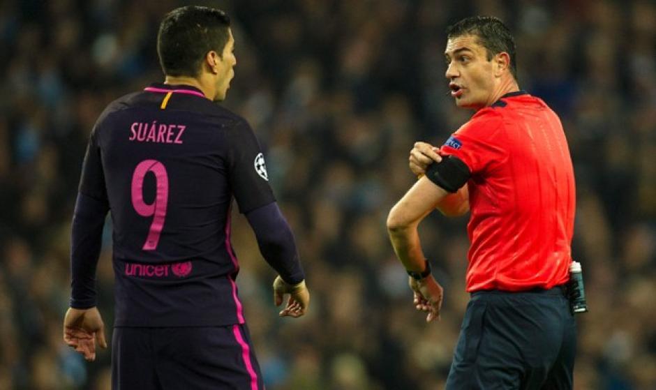 Suárez reclamó repetidamente al árbitro . (Foto: EFE)
