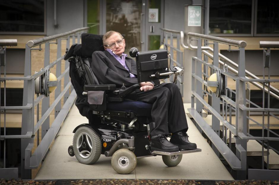 Stephen Hawking tiene 74 años y fue internado de emergencia en una clínica en Roma