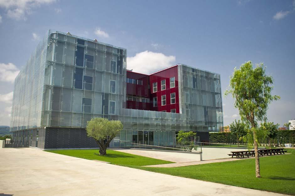 La nueva Masía, inaugurada el 20 de octubre de 2011, se ubica dentro de la Ciutat Esportiva Joan Gamper
