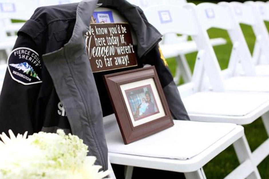 En la ceremonia de la boda había un lugar reservado en la primera fila para colocar una fotografía del oficial Kent Mundell. (Foto: DailyMail)