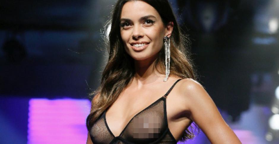 Joana Sanz, novia de Dani Alvez, también lució una blusa muy transparente que dejaba ver sus pezones durante el desfile de Women Secret. (Foto: Getty)