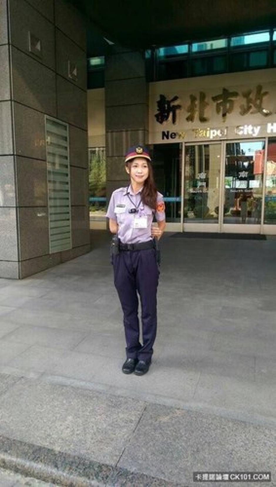 Internautas y personas que la han visto con el uniforme policiaco, dudan que realmente sea una agente policial. (Foto:kienthuc.net)