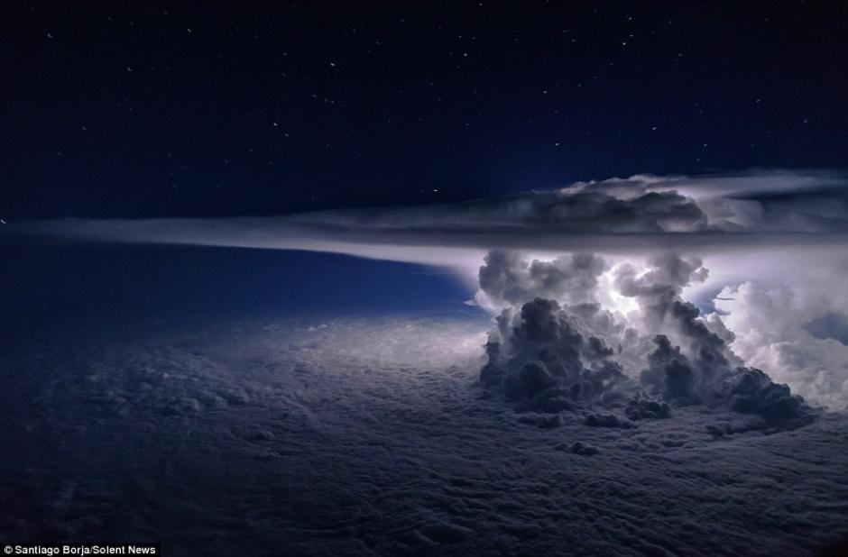 Esta sorprendente nube fue fotografiada por un piloto. (Foto: Santiago Borja/Solent News)