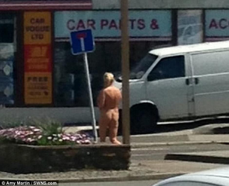 Presuntamente salió desnuda para no arruinar su bronceado. (Foto: dailymail)