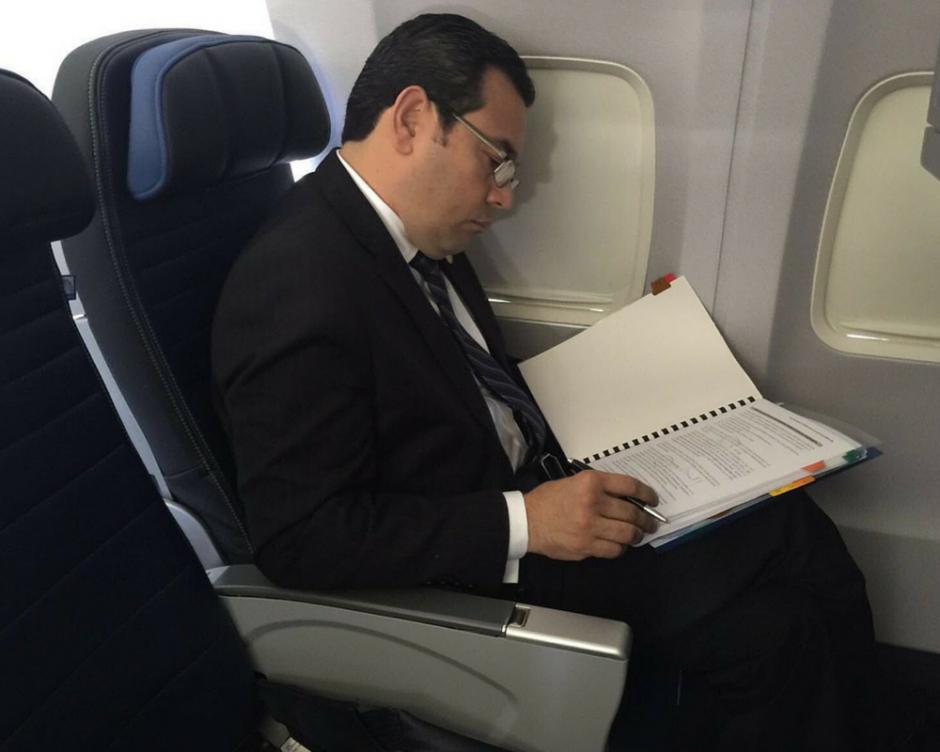 Una de las fotos publicadas por Jimmy Morales en sus redes sociales para mostrar que viaja en clase económica. (Foto: Twitter Jimmy Morales)