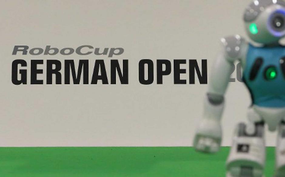 """La """"RoboCup German Open 2014"""", una copetición de fútbol, de Robots se realiza en Magdeburgo, Alemania. Alrededor de 950 participantes de 16 países participan en este torneo de tres días. Se requieren los robots para dominar una variedad de disciplinas, incluyendo la comunicación, el fútbol, el rescate y la danza. (AFP PHOTO)"""