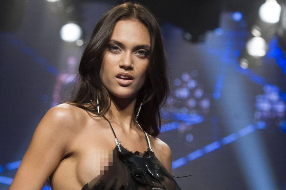 La modelos española, Dalianah Arekion, muestra de más durante un desfile de modas. (Foto: Getty)