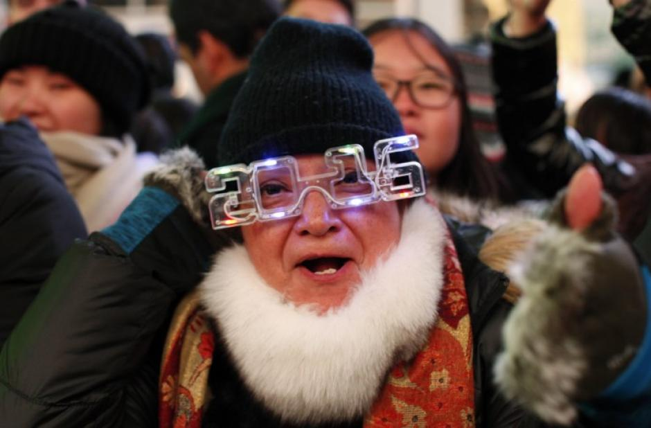 A esta hora, en Nueva York, EE.UU, todavía no es año nuevo, pero la gente ya celebra en las calles y esperan impacientes la cuenta regresiva. (Foto: AFP)