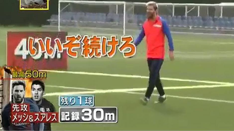 Messi y Suárez mostraron sus habilidades en la televisión japonesa. (Foto: Twitter)