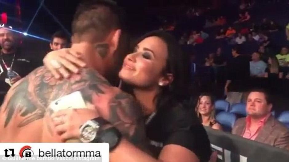 """Lovato presenció la pelea de Guilherme """"La Bomba"""" Vasconcelos. (Foto: dailymail.co.uk)"""