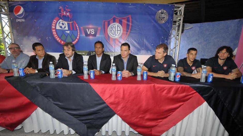 La dirigencia de Municipal y el cuerpo técnico escarlata y de San Lorenzo, previo al partido de este domingo. (Foto: Soy502)