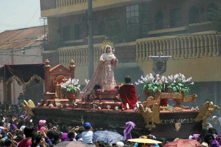 La Virgen María acompaña a la consagrada imagen de Jesús Nazareno. (Foto: Raúl Illescas).