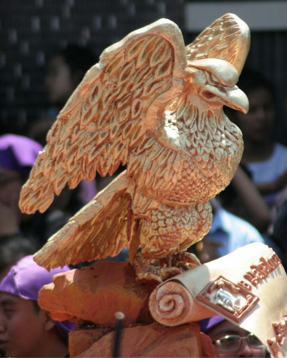 Los detalles de las procesiones de Guatemala son cada vez más elaborados. Aquí, un águila dorada que destaca entre el color morado de las túnicas de los cucuruchos. (Foto: Raúl Illescas).