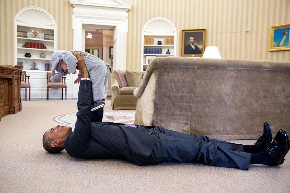 El presidente Barack Obama junto a Ella Rodas, hija del asesor adjunto de Seguridad Nacional Ben Rhodes.  (Foto: Pete Souza/ La Casa Blanca)
