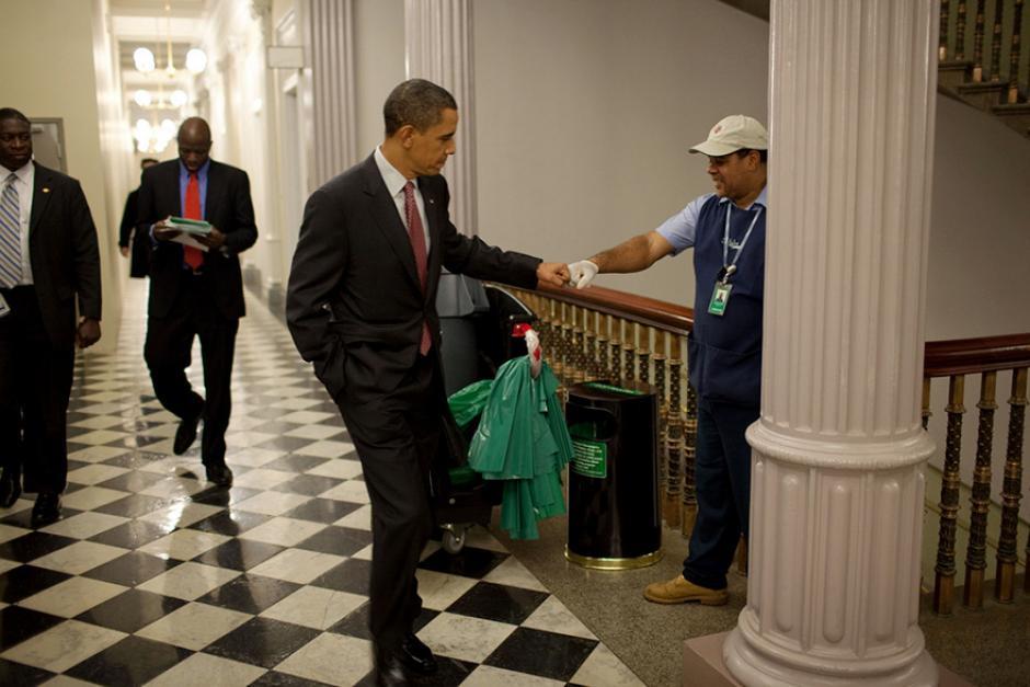 El presidente Barack Obama saluda a uno de los trabajadores de La Casa Blanca. (Foto: Pete Souza/ La Casa Blanca)