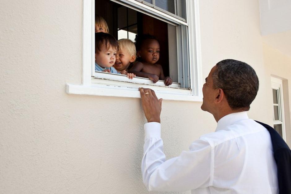 Barack Obama saluda a varios niños  (Foto: Pete Souza/ La Casa Blanca)