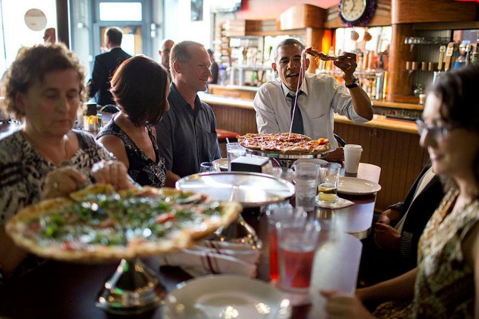 El presidente Obama disfruta de una porción de pizza en un restaurante.  (Foto: Pete Souza/ La Casa Blanca)