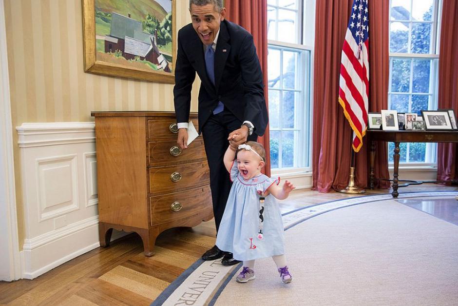 Obama camina junto a una pequeña bebé en La Casa Blanca.  (Foto: Pete Souza/ La Casa Blanca)