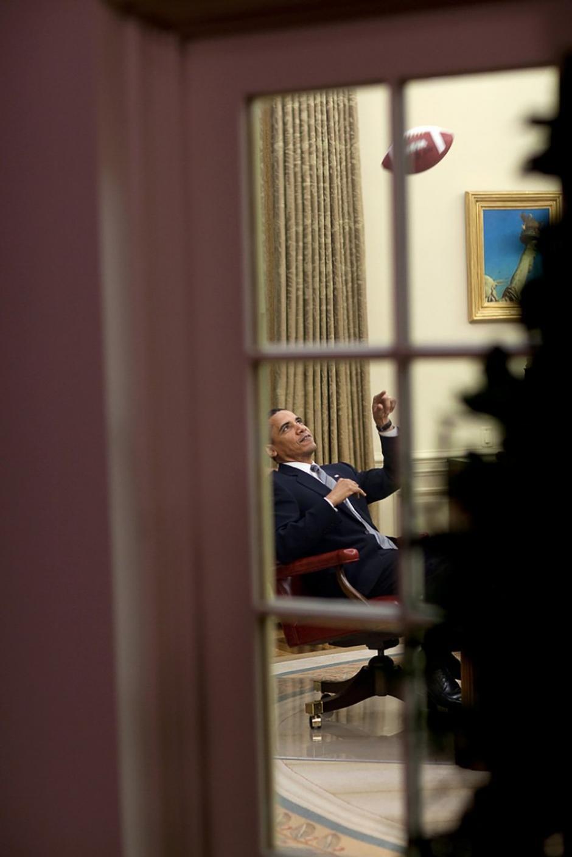 Obama juega con una pelota de fútbol americano dentro de su despacho. (Foto: Pete Souza/ La Casa Blanca)