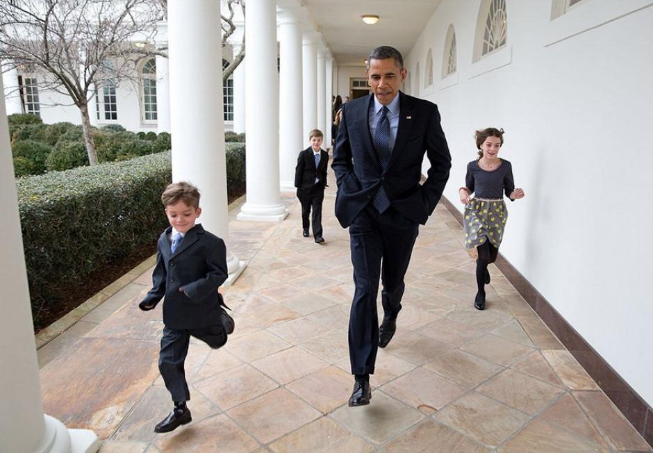 El mandatario de Estados Unidos camina al lado de un grupo de niños.  (Foto: Pete Souza/ La Casa Blanca)