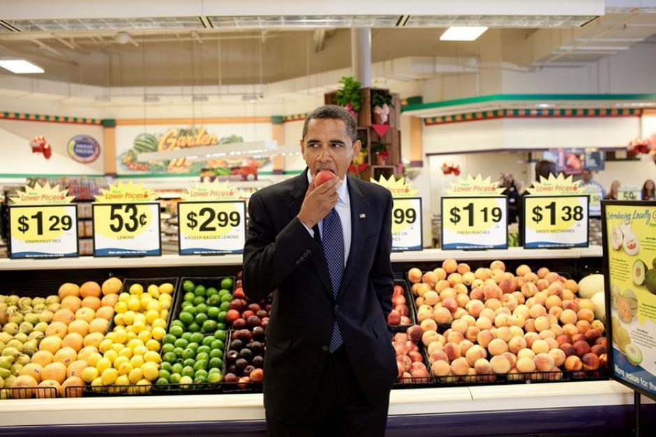 El presidente Barack Obama come una fruta en un supermercado (Foto: Pete Souza/ La Casa Blanca)