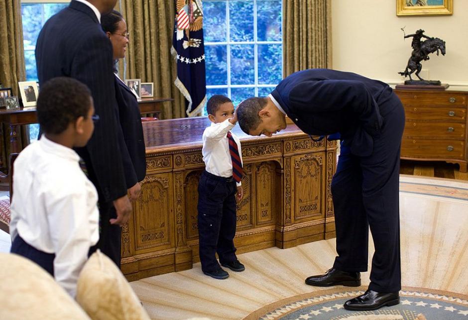 Un pequeño niño le toca la cabeza al presidente Barack Obama.  (Foto: Pete Souza/ La Casa Blanca)