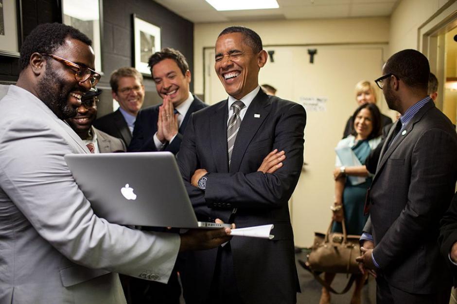 El presidente de Estados Unidos, Barack Obama rie mientras observa una computadora. (Foto: Pete Souza/ La Casa Blanca)