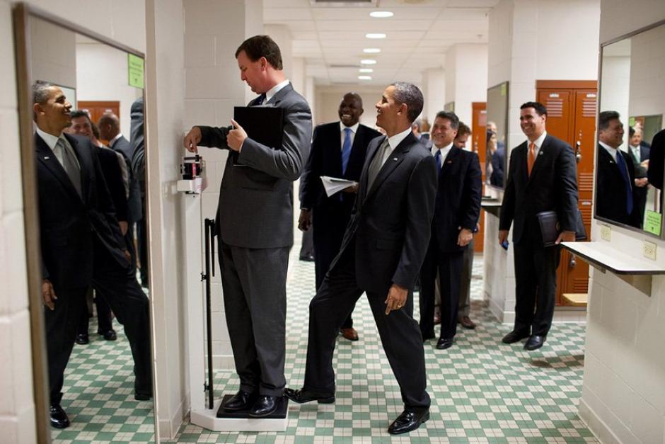 El mandatario estadounidense bromea con Marvin Nicholson mientras este se pesa.   (Foto: Pete Souza/ La Casa Blanca)