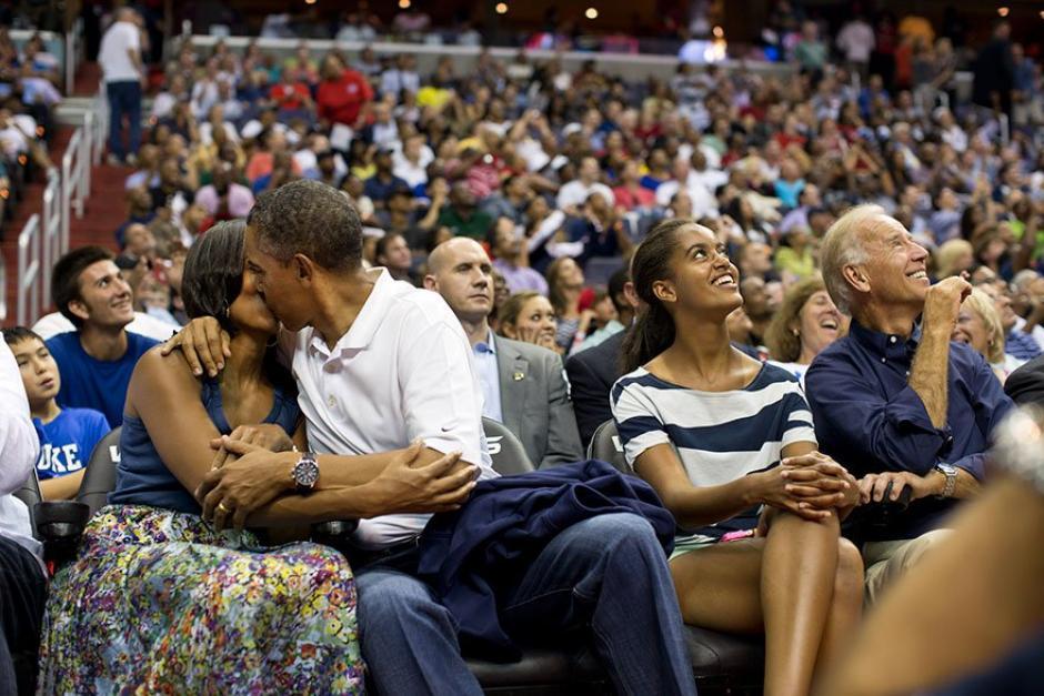El presidente Barack Obama besa a su esposa Michelle Obama.  (Foto: Pete Souza/ La Casa Blanca)