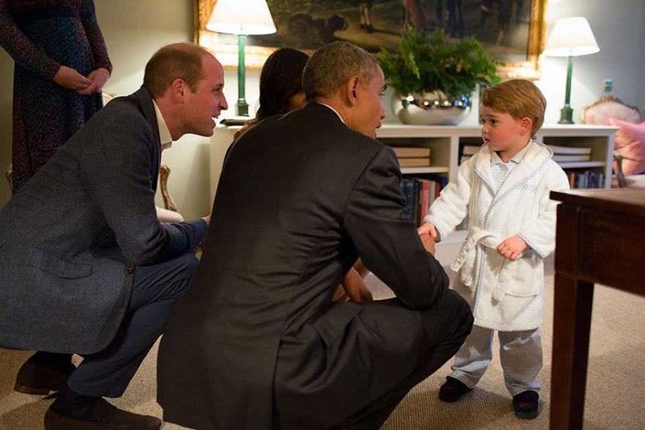 El presidente Barack Obama junto al príncipe George en pijama y batita blanca.  (Foto: Pete Souza/ La Casa Blanca)