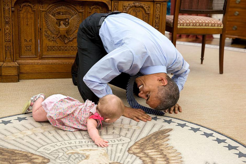 El presidente Barack Obama juega con una bebé en La Casa Blanca. (Foto: Pete Souza/ La Casa Blanca)