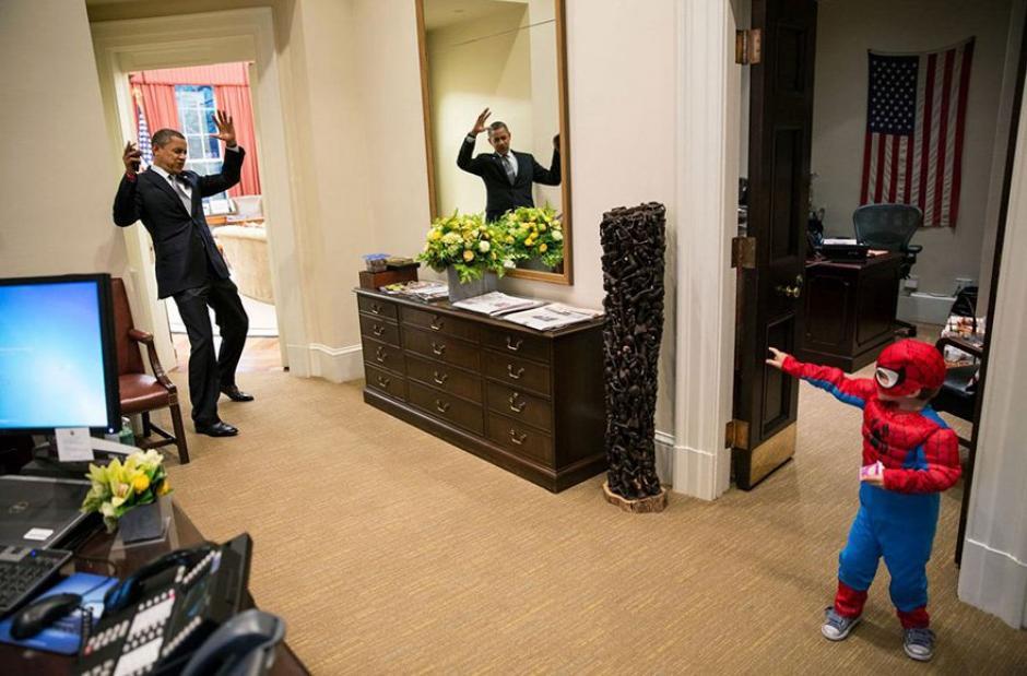 Obama juega con un niño disfrazado del Hombre Araña.  (Foto: Pete Souza/ La Casa Blanca)