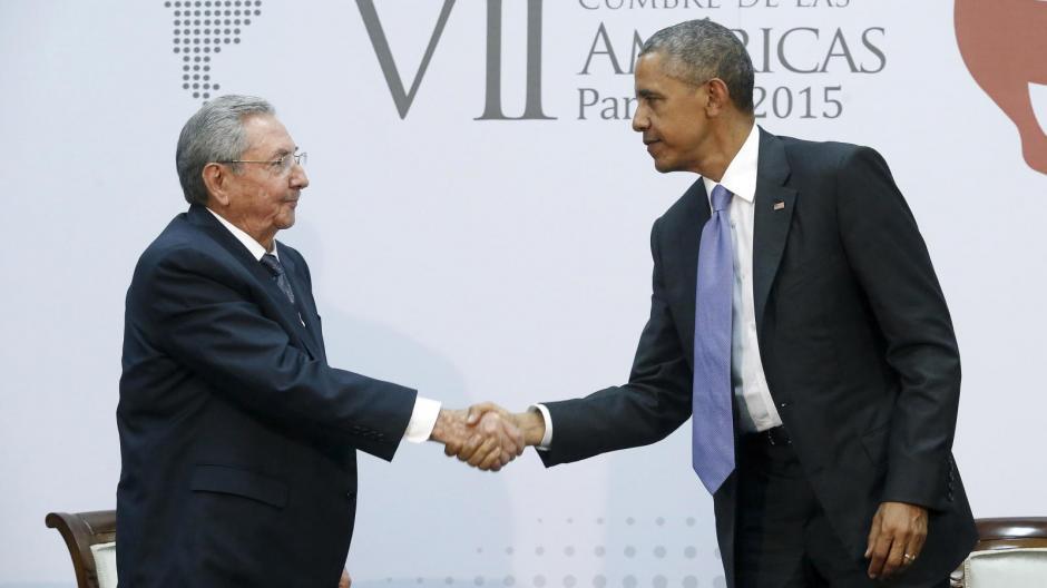 Los presidentes de los Estados Unidos y Cuba, Barack Obama y Raúl Castro respectivamente, sostuvieron una histórica reuniónel 11 de abril para tratar temas sobre el proceso de normalización de relaciones entre ambos países, reunión que tuvo lugar en el marco de la VII Cumbre de las Américas realizada en Panamá. (Foto: elconfidencial.com)