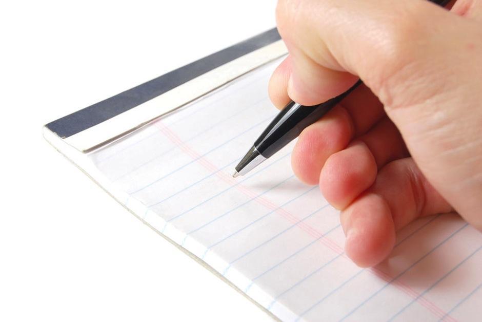 Dibuja, corta imágenes o escribe frases de lo que quieres y pégalos en un lugar visible. (Foto: comohacerpara.com)