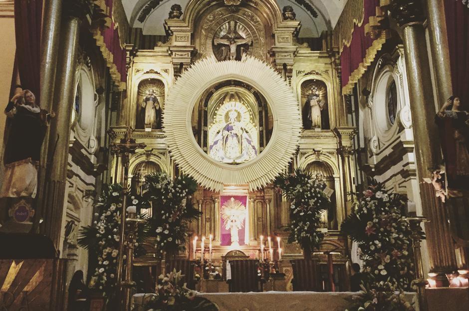 La gente espera con ansias el 1 de octubre para ir a la primera misa dedicada al mes del Rosario.