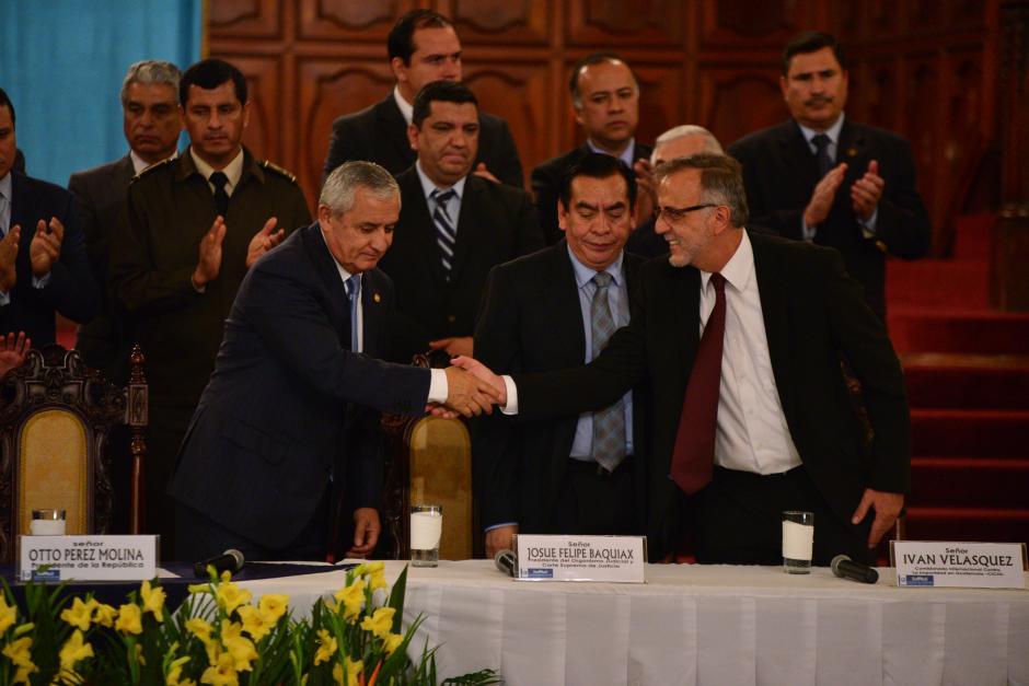 Existe varias versiones de este momento histórico, en que el presidente Otto Pérez Molina le da la mano, derrotado, al jefe de la Cicig, Iván Velásquez, al oficializarse que la Comisión permanecería en Guatemala. (Foto: Wilder López/Soy502).