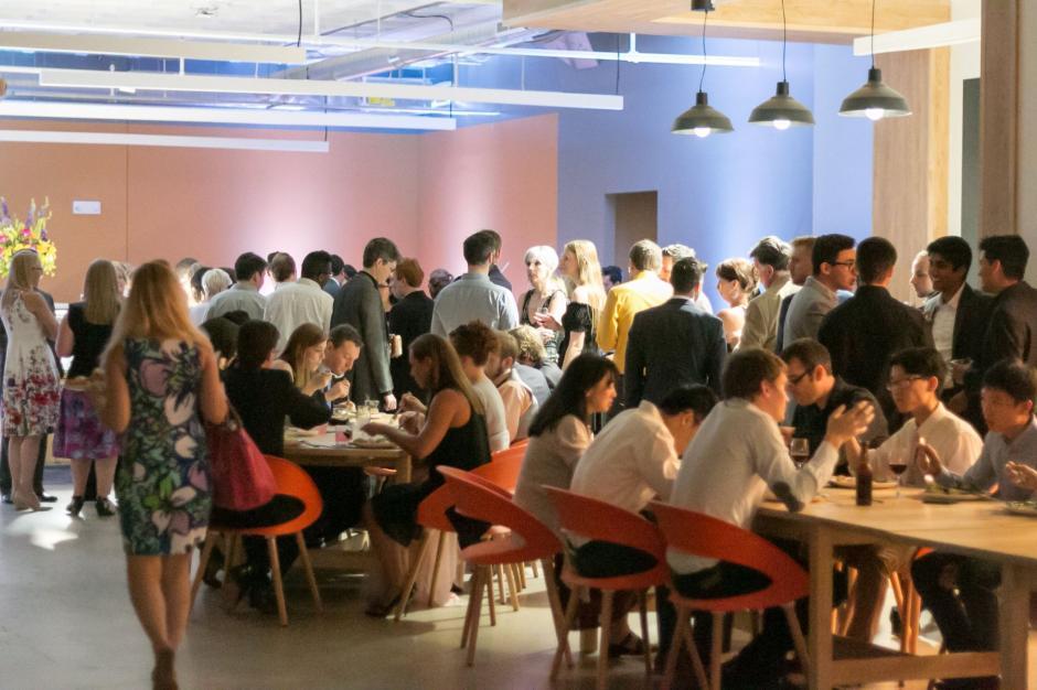 En el comedor los empleados seleccionan que van a comer. (Foto: Luis von Ahn/Facebook)