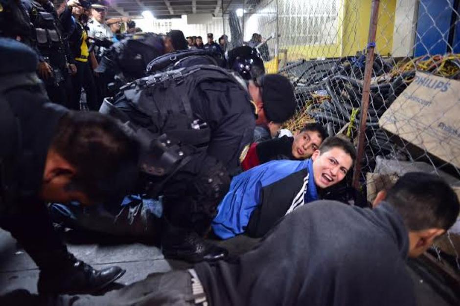 Los reos que esperaban audiencia fueron revisados por los elementos de la Policía Nacional Civil (PNC). (Foto: Jesús Alfonso/Soy502)