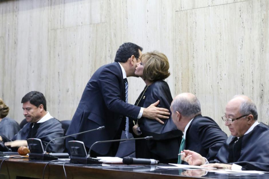 Así se despidió Jimmy Morales de la nueva presidenta del OJ. (Foto: Alejandro Balan/Soy502)