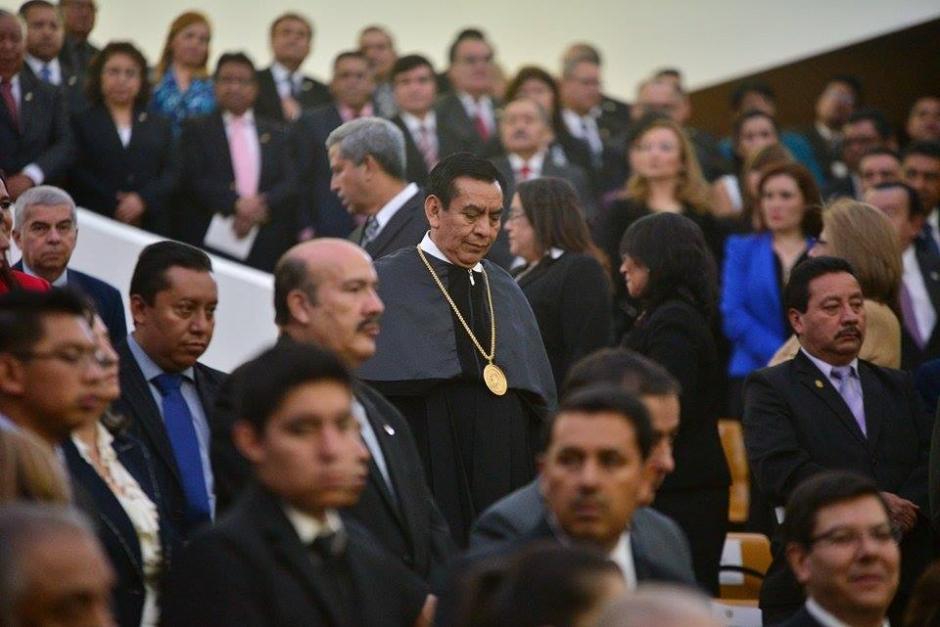 El presidente saliente, Josué Baquiax entregó las insignias que le acreditaban como titular del OJ. (Foto: Wilder López/soy502)
