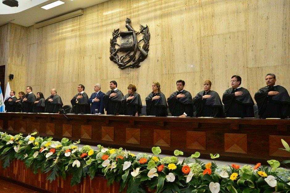 Los magistrados de la Corte Suprema de Justicia, el presidente del Congreso de la República y otros funcionarios durante la sesión. (Foto: Wilder López/Soy502)