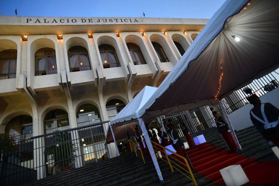El Palacio de Justicia de gala por el cambio de presidencia. (Foto: Wilder López/Soy502)