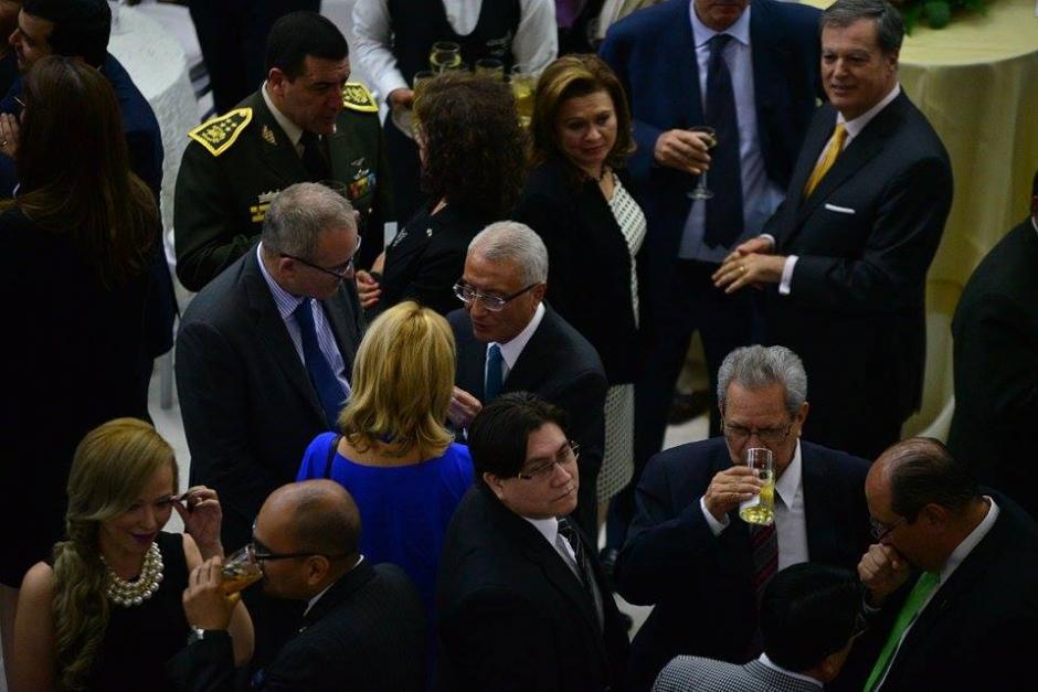 Los invitados, principalmente funcionarios degustaron de las viandas en el OJ. (Foto: Wilder Lópe/Soy502)